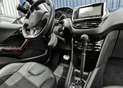 Aménagement de commandes au volant sur Peugeot 208