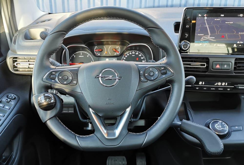 Aménagement de commandes au volant sur Opel Combo