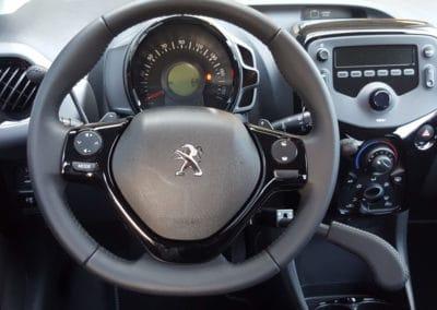 Aménagement de commandes au volant sur Peugeot 108