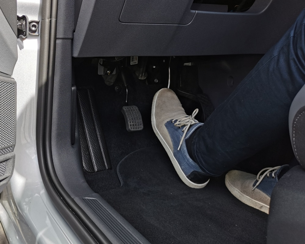 accelerateur pied gauche et frein handicape