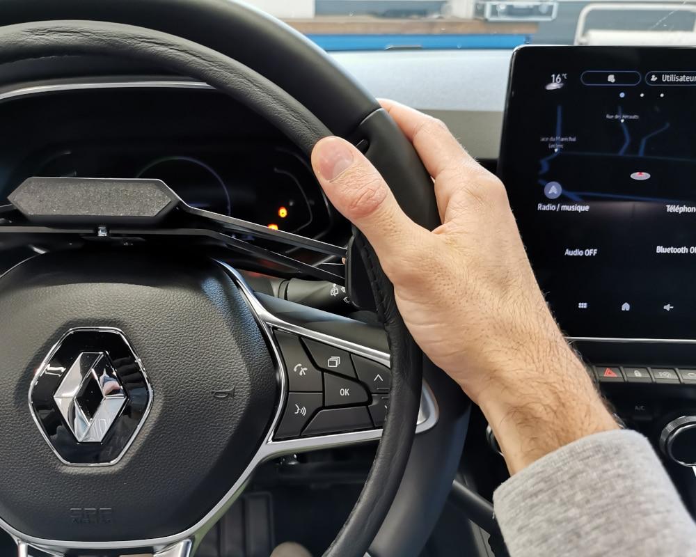cercle accelerateur sur volant avec main