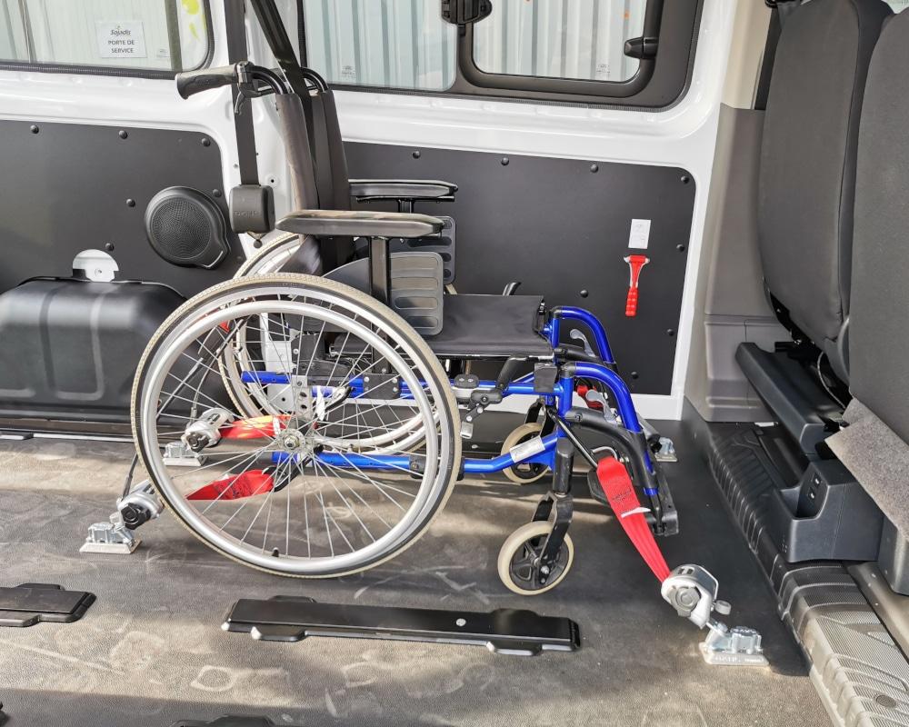 fauteuil roulant fixe dans vehicule tpmr avec pions