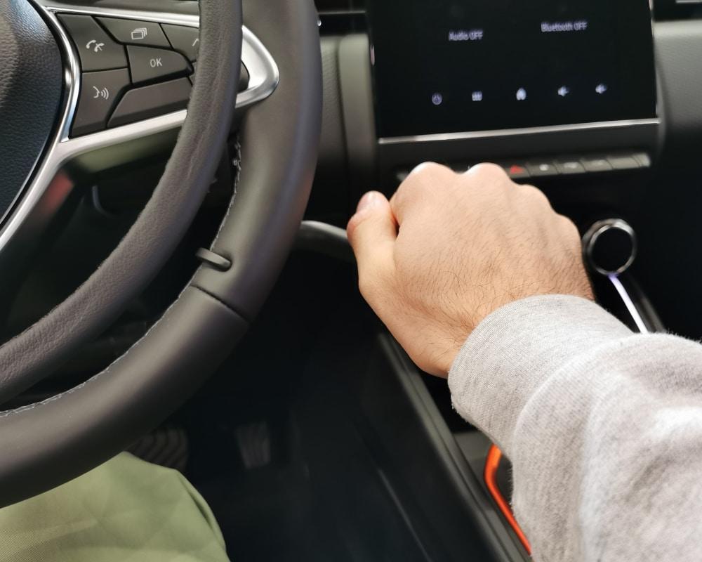 frein manuel au volant avec main